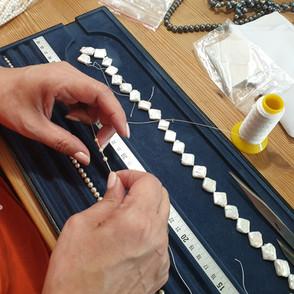 Nous réparons, transformons et créons des colliers sur fil en coton ou en soie.