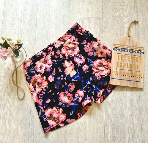 💐ATMOSPHERE black floral shorts. Size 6