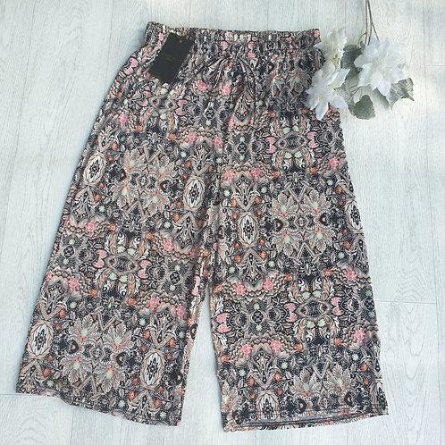 ⭐Brave Soul black patterned long shorts. Size M NWT