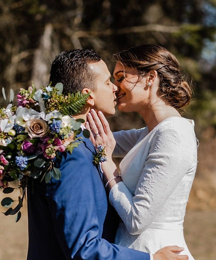 Michigan wedding planning couple kissing in the woods