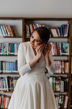 beautiful michigan bride putting in her earrings