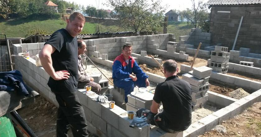 Der Bau des Haupthauses mit den Innenzwingern