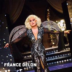 France Delon - Das höchste Ziel ihr und ihren Shows ist es, die Leute auf anspruchsvolle Art zu unterhalten. Lieder nicht nur zu singen sondern auch die Inhalte spielen und fühlen. Das ist nicht wenig, und es ist schwierig. Was so leichtfüßig und locker daher kommt, hat viel mit knochenharter Arbeit und enormer Bühnenerfahrung zu tun. Es ist eben diese Mischung aus seiner sympathischen Art, sein wandlungsfähiges Äußere und die angenehme Stimme, die im Musik- und Gesangstiel wohl zwischen Bette Midler und Neil Diamond angesiedelt ist, die France Delon einzigartig macht. Hinter France Delon steht ein Team, da wird ein Aufwand betrieben, um den schönen Schein hervorzubringen. Jedes Mal völlig neu.  Ganz egal ob kultig rockig, Disco, Balladen und Chansons, Hits, Schlager oder eigene Lieder, ganz speziell für ihr Publikum dieses einen Abends.