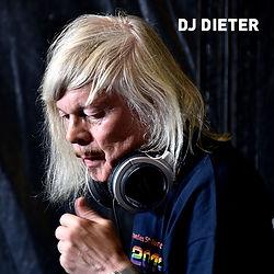 DJ DIETER - ein Urgestein der Nürnberger queeren Party-Szene. Darum nicht wegzudenken beim CSD Nürnberg. Mit Partysounds wird er auch 2021 der Meute wieder einheizen. Wir freuen uns sehr auf Dich lieber Dieter!