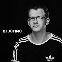 DJ Jotimo, in seiner Heimatstadt Nürnberg bekannt als Timo Wachinger, lernte sein Handwerkszeug bei DEE2JAY. Mit ersten Aufträgen in regionalen Clubs und auf diversen Veranstaltungen konnte er durch musikalische Vielfalt punkten und überzeugte durch eine professionelle Art. Zu seinen Spezialitäten gehören Pop und Party Tunes gespickt mit Housetracks. Als DJ durfte er schon auf dem Festival Boot der Liebe / Queer meets Techno auflegen. Seit Mitte 2019 ist Jotimo Teil der DJ Crew vom Pink Monkeys Club, Große Liebe Gay & Friends Clubbing im Haus 33, einer der besten Technoclubs im Nürnberger Nachtleben.
