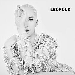 """LEOPOLD - Bei Leopold gehören Musik und Sexualität zusammen. Er nennt es """"Glam-Pop"""", was er macht: eine Mischung aus eingängiger Popmusik gepaart mit emotionalen, nachdenklichen Texten, an denen er lange bis zur Perfektion arbeitet."""