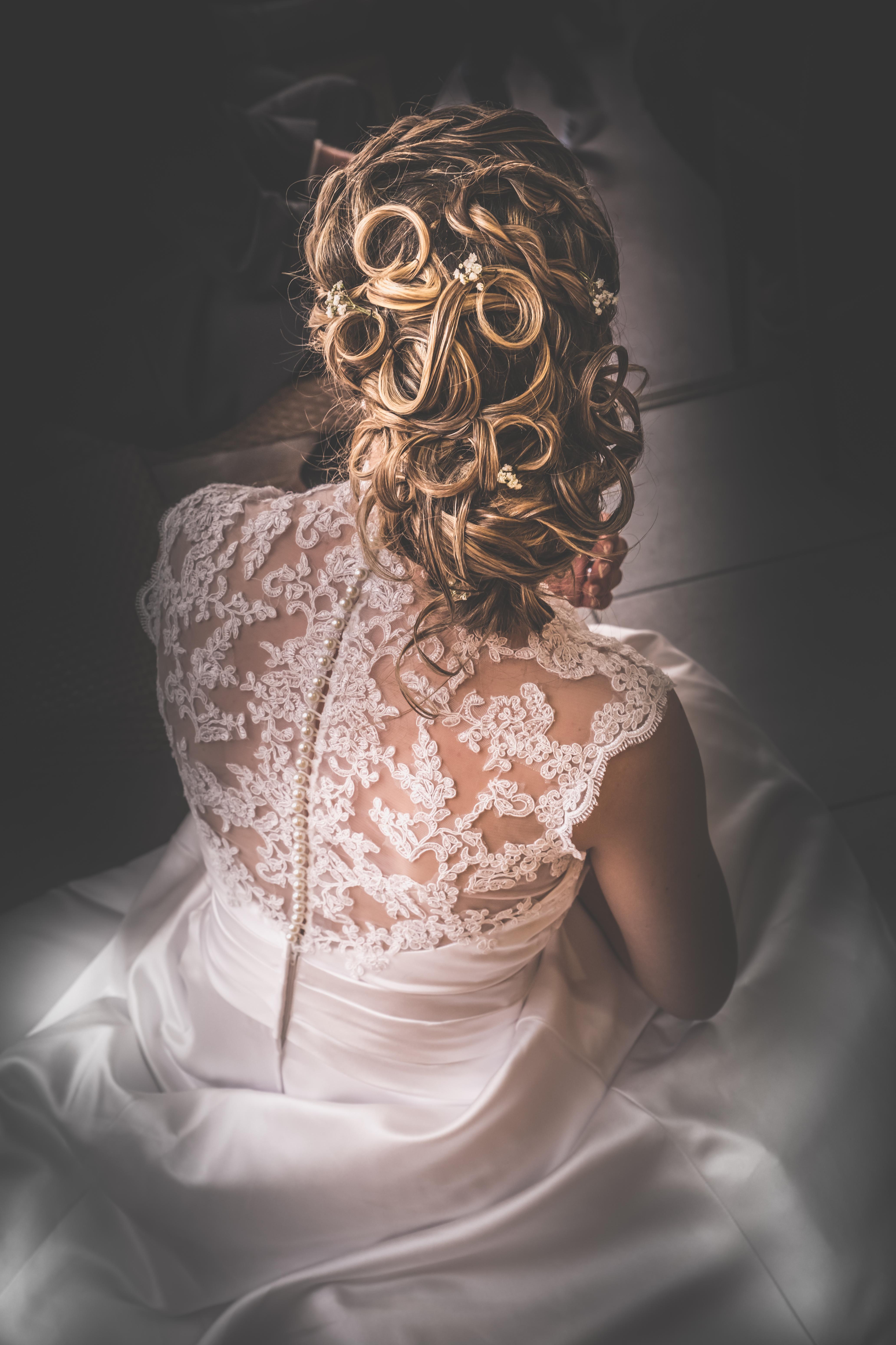 photo dos robe et coiffure de mariée Nic