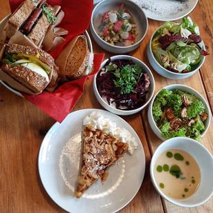 Salate, Sandwiches und Kuchen.jpg