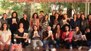 Clube do livro reúne pessoas de diferentes idades