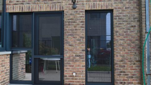 Aluminium ramen, deuren en erker van het merk Reynaers. Gecombineerd met een poort van het merk Hörmann. Met zorg geplaatst te Haasdonk (Beveren). (Foto 5)