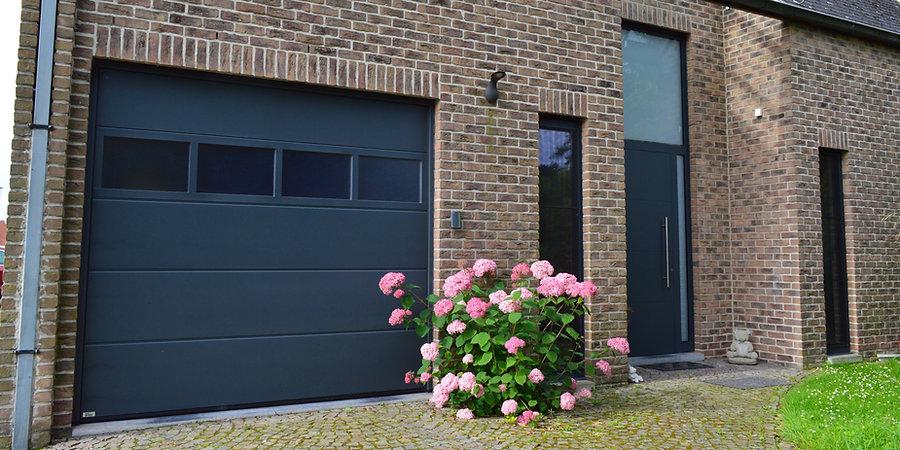 Onze Hörmann poorten zijn comfortabel en voorbeeld van pure topkwaliteit. Onze sectionele poorten worden in de meeste gevallen geautomatiseerd. Zo zijn ze bedienbaar met afstandsbediening of supplementair codeklavier.
