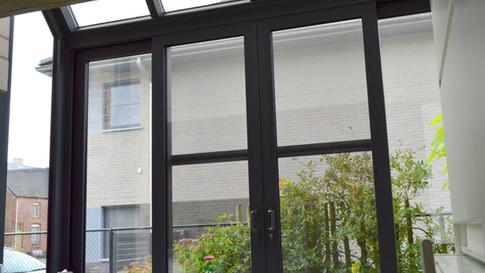 Aluminium ramen, deuren en erker van het merk Reynaers. Gecombineerd met een poort van het merk Hörmann. Met zorg geplaatst te Haasdonk (Beveren). (Foto 6)