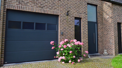 Aluminium ramen, deuren en erker van het merk Reynaers. Gecombineerd met een poort van het merk Hörmann. Met zorg geplaatst te Haasdonk (Beveren). (Foto 1)