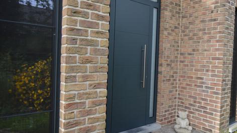 Aluminium ramen, deuren en erker van het merk Reynaers. Gecombineerd met een poort van het merk Hörmann. Met zorg geplaatst te Haasdonk (Beveren). (Foto 2)