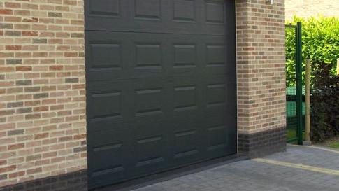 Sectionale Poort Hörmann met motoraandrijving, geplaatst in nieuwbouw woning te Sint-Niklaas. (Waasland)
