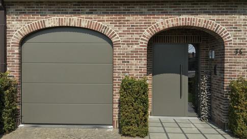 Sectionale poort Hörmann in ral-kleur 7039 kwartsgrijs, geplaatst te beveren-Waas.