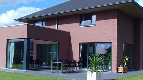 Nieuwbouw woning te Astene, die we hebben voorzien van Reynaers ramen in ral-kleur 7016 coatex structuurlak van Reynaers Aluminium.