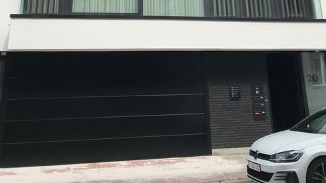 Project van Reynaers ramen en deuren die pefect worden gecombineerd met een Hörmann garagepoort te Antwerpen.