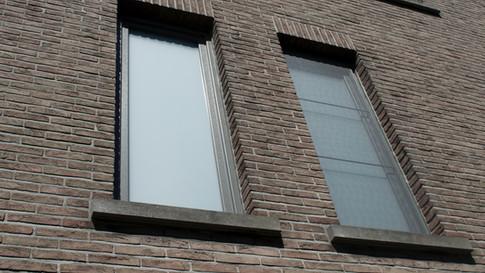 VINCK pvc ramen in kwartsgrijze kleur, folie 7039. Referentie te Belsele. (Foto 1