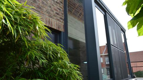 Aluminium ramen, deuren en erker van het merk Reynaers. Gecombineerd met een poort van het merk Hörmann. Met zorg geplaatst te Haasdonk (Beveren). (Foto 3)