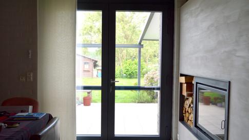 Aluminium ramen, deuren en erker van het merk Reynaers. Gecombineerd met een poort van het merk Hörmann. Met zorg geplaatst te Haasdonk (Beveren). (Foto 7)