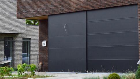 Combinatie van inkomdeur + secionale garagepoort + aluminium plaatwerk die 1 mooi totaal vormen te Zele. (Foto 2)