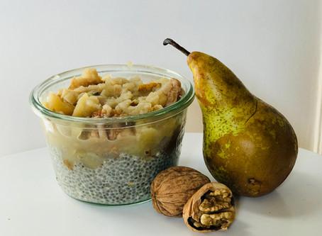 Pudding de graines de chia, compote épicée de poires et noix