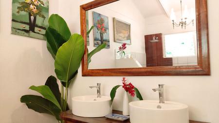 The Birds room bathroom