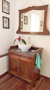 The Palms room bathroom