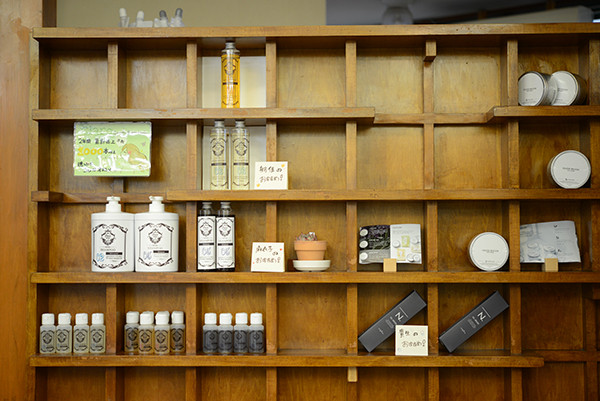 Wooden-shelf.jpg