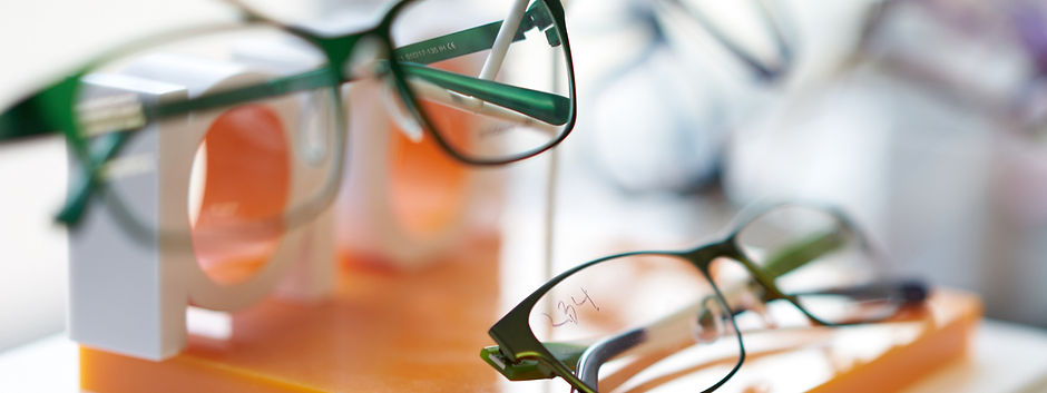 glasses_display_blurred_1280x480.jpg