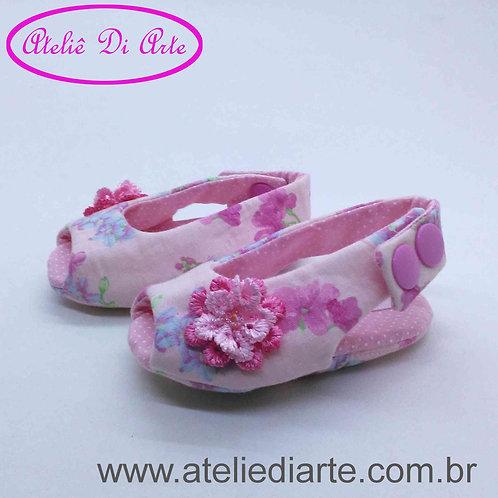 Sapatinho de bebê feminino rosa estampa de flores