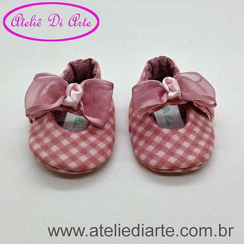 Sapatinho de bebê prematuro xadrez rosa