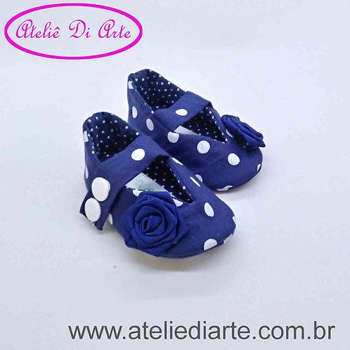 Sapatinho de bebê feminino azul de bolinha