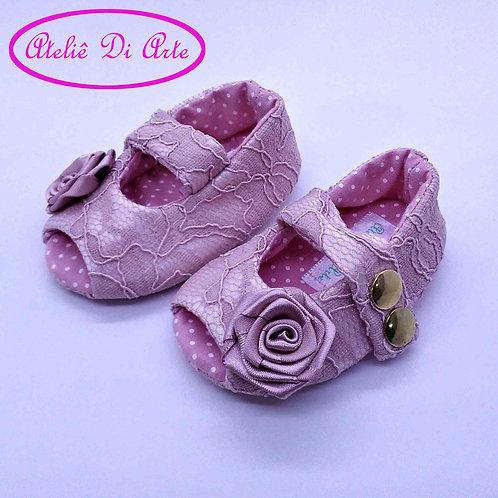 Sapatinho de bebê feminino rosa de renda