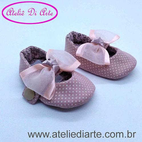 Sapatinho de bebê feminino rosa de bolinha
