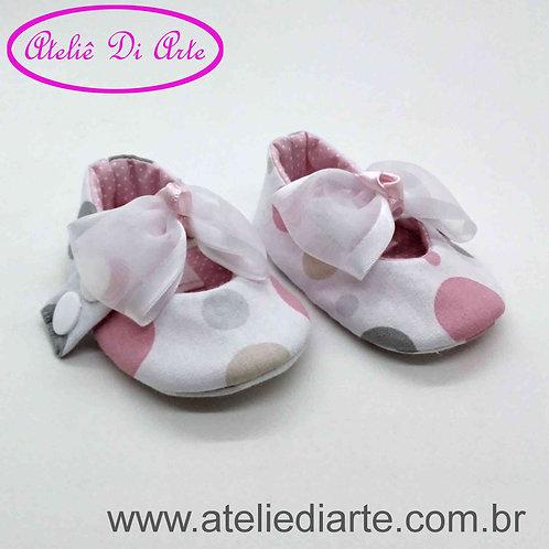 Sapatinho de bebê feminino branco com bolinhas
