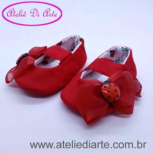 Sapatinho de bebê feminino vermelho de joaninha