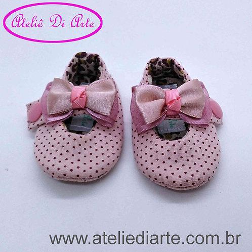 Sapatinho de bebê prematuro rosa de bolinha