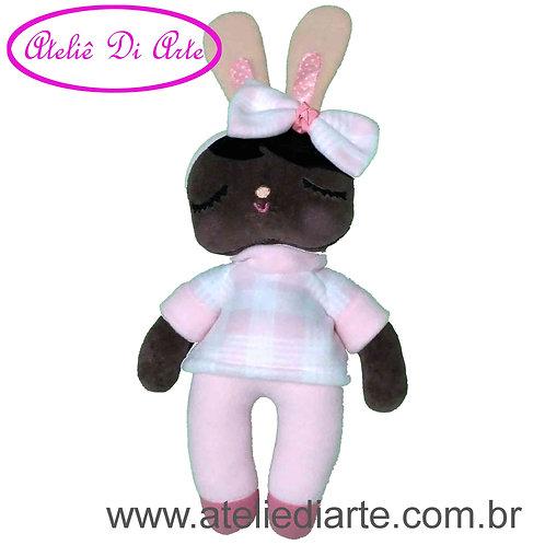 Boneca artesanal tipo Metoo Doll Negra Angela Coelha de pijama