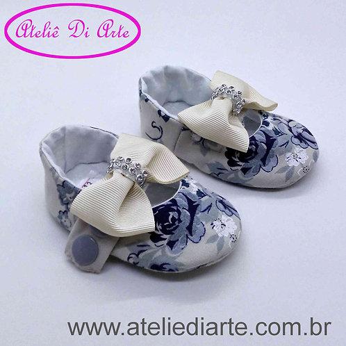 Sapatinho de bebê feminino flores azuis