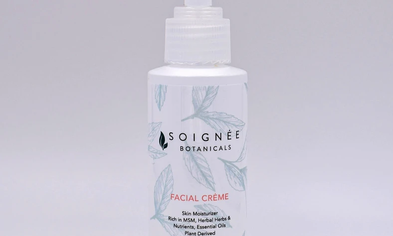 This gentle daily moisturizer is formulated to provide ultra-lightweight hydration with the nourishing Soignee Facial Creme