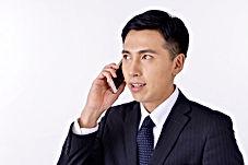 電話するビジネスマン.jpg