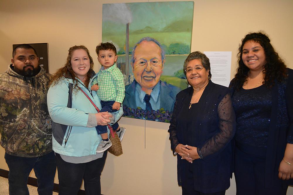Familiares posan con el retrato de Don Miguel Lagunas.