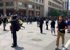 Grupos armados en centro de Louisville llegan a unirse a las protestas de Breonna Taylor