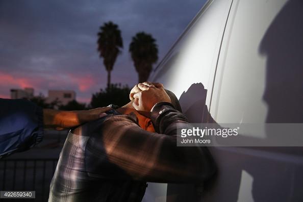 Foto de archivo, un hombre es detenido por ICE en Los Angeles California. Foto de John Moore Getty Images.