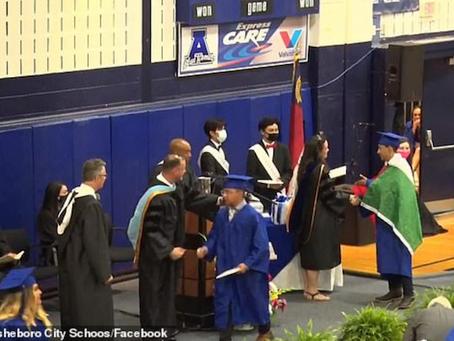 Escuela entrega diploma a joven amonestado por lucir bandera de México