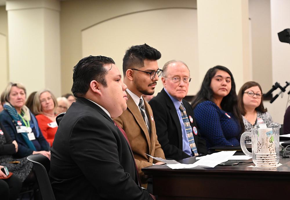 Desde la izquierda, Omar Salinas Chacón de ACLU, Francisco Serrano de ACLU, el abogado Ron Russell, Mirna Lozano de Kentucky Dream Coalition y Lisa Dejaco Crutcher de Catholic Charities testifican durante la audiencia de la ley SB1 en Frankfort Kentucky el 30 de enero 2020. Foto J.Donis AlDia en América.