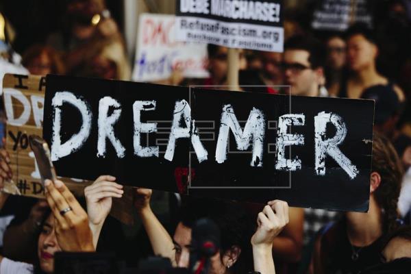 """El 54 % de los estadounidenses quiere que el Congreso apruebe una ley que abra un camino a la ciudadanía para los 800.000 jóvenes indocumentados, conocidos como """"soñadores"""" (dreamers) y que hasta hace poco estaban protegidos de la deportación por un plan migratorio conocido como DACA. EFE/ARCHIVO"""