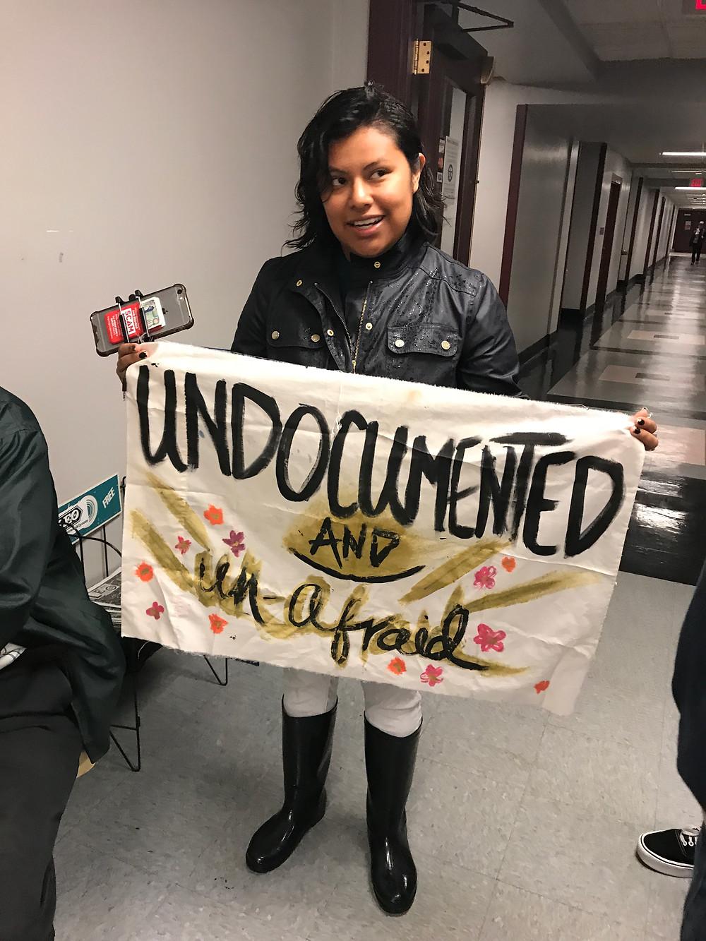 Jessenia Rosalyn Avila llevó una pancarta con la frase Indocumentada y sin asustarme a la oficina de Mitch McConnell.
